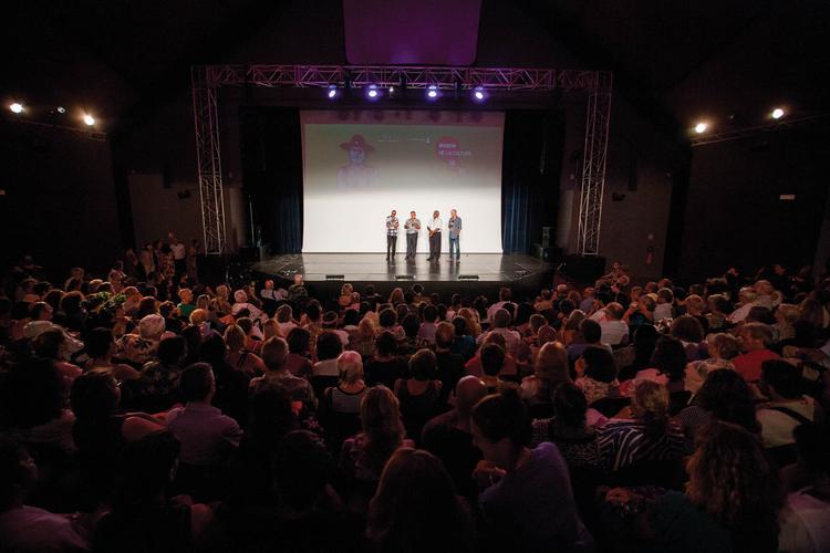 Cérémonie de remise des prix au grand théâtre de la ma ison de la culture de Papeete.