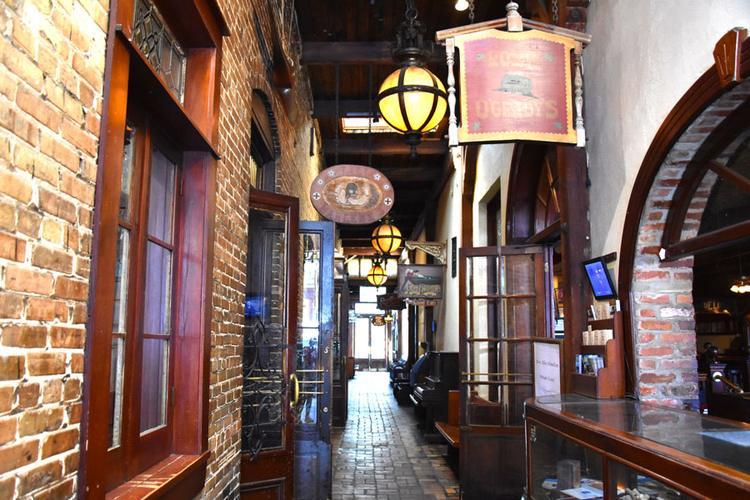 Links und rechts tolle Bars im alten Charme.