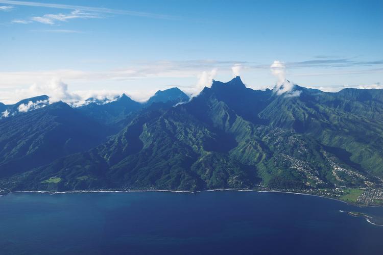 Vue du littoral des district s de Mahina et Papenoo, dominé pa r le mont Orohena (2241 m) - © P. Bacchet