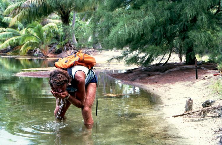 Jean-Pierre Marquant se désaltère dans un petit lac d'eau douce à la pointe nord de Rangiroa.