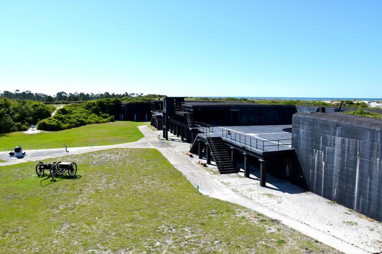 Ein Spaziergang durch das alte Fort, es wird viel erklärt.