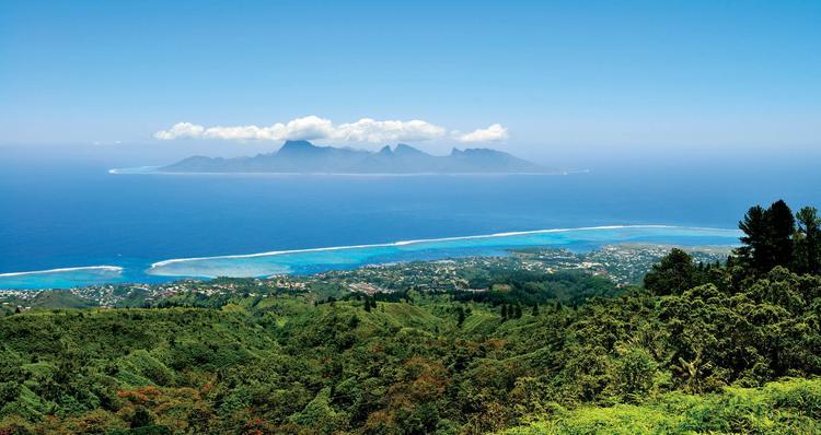 Vue de la commune de Punaauia, en bord de lagon, avec la passe de Taapuna. Au loin, l'île de Moorea.