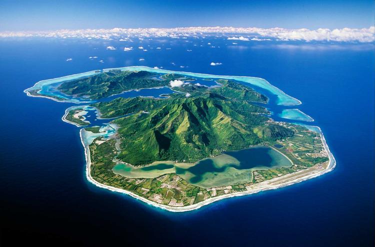 Vue aérienne de l'ile de Huahine dans l'archipel de la Société. ©P. Bacchet