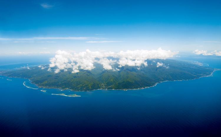 Vue d'ensemble de la côte Est : de l'isthme de Taravao (à l'extrême gauche de l'ima ge) à la Pointe Vénus à Mahina ( à droite). On note l'absence de récif-ba rrière entre Mahina et Hitia'a - © P. Bacchet