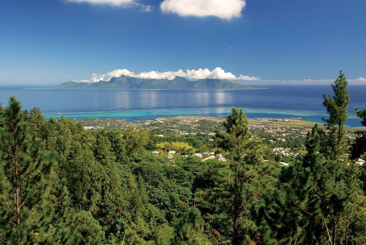 Vue sur l'aéroport de Tahiti-Faa'a et l'île de Moorea.