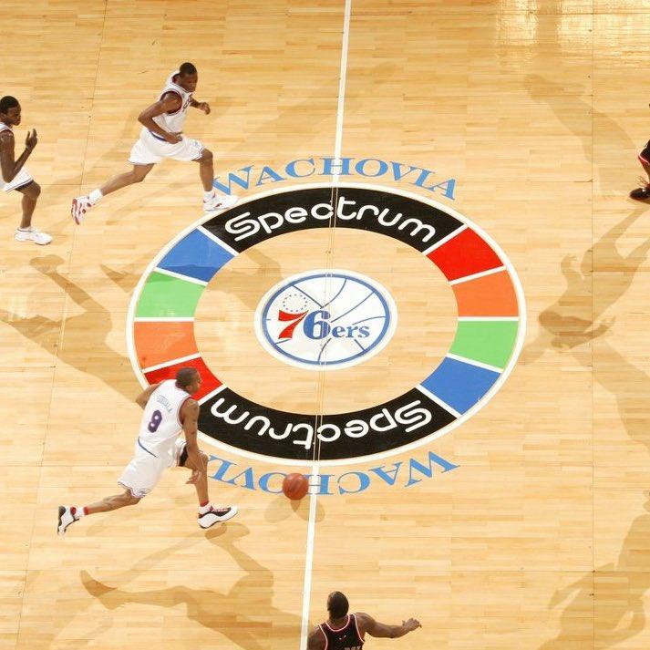 Fotografia de cima do centro da quadra do Spectrum com alguns jogadores correndo em torno.