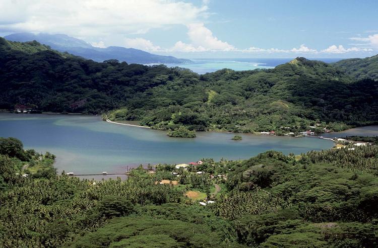 Le fond de la baie de Haamene, une des plus profondes de la Polynésie française, avec, en arrière plan, l'île de Raiatea qui partage un même lagon avec Taha'a