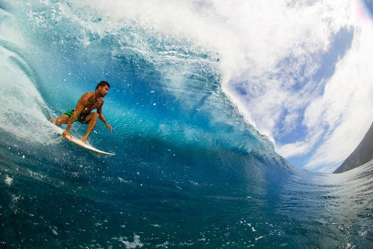 Michel Bourez dans une grosse vague à Teahupoo. ©Benthouard.com