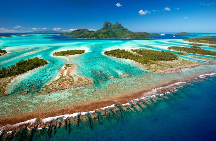 Vue aérienne de l'ile de Bora Bora dans l'archipel de la Société. ©P. Bacchet