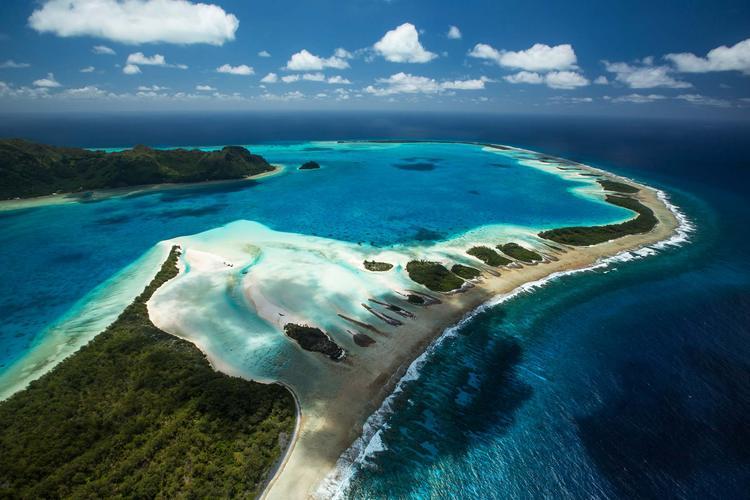 Vue aérienne de l'ile de Raivavae dans l'archipel des Australes. ©Benthouard.com