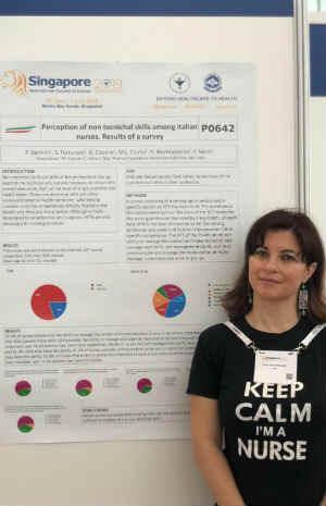 L'infermiera Silvia Fortunato con il poster della ricerca