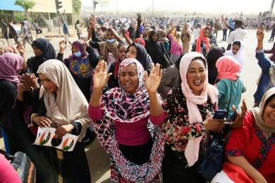 epa07498332 Sudanese people celebrate as they head towards the Army headquarters amid rumors that President Omar al-Bashir has stepped down, in Khartoum, Sudan, 11 April 2019. According to media reports, Omar al-Bashir was expected to step down from the presidency following a four month uprising, held by citizens calling for his resignation. EPA-EFE/STR