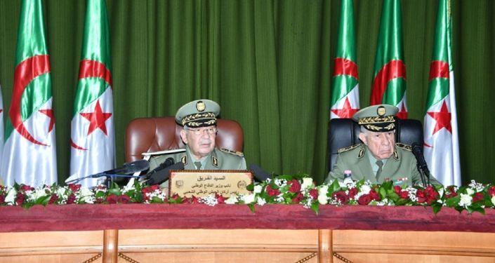 Le général de corps d'armée Ahmed Gaïd Salah et son successeur le général major Saïd Chengriha