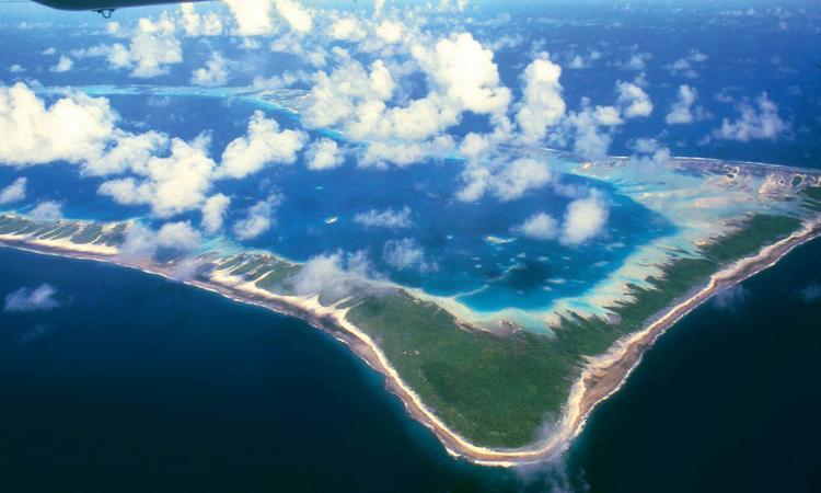 Vue de la partie nord de l'atoll de Rangiroa , un des plus grands au monde