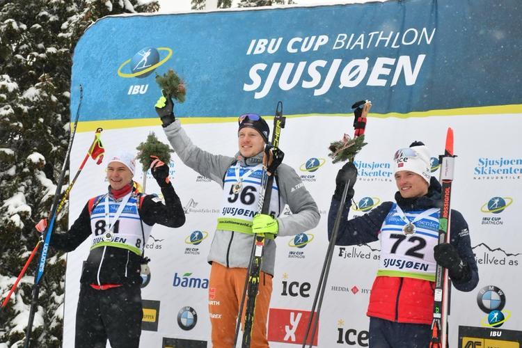 BIATHLON - Première course du circuit IBU Cup et première victoire pour l'Allemand Lukas Fratzscher. A Sjusjoen, dans des conditions difficiles les Français sont hors du top 15, à l'exception d'Emilien Claude tout juste 15e.