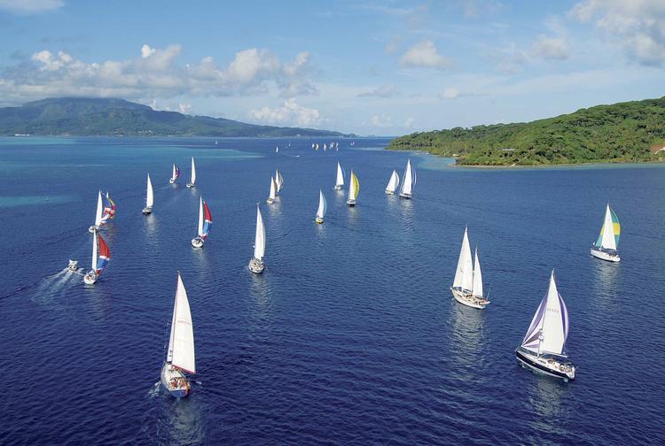 Voiliers naviguant dans le lagon de l'île de Taha'a ©Marine Nationale - Laetitia Rapuzzi