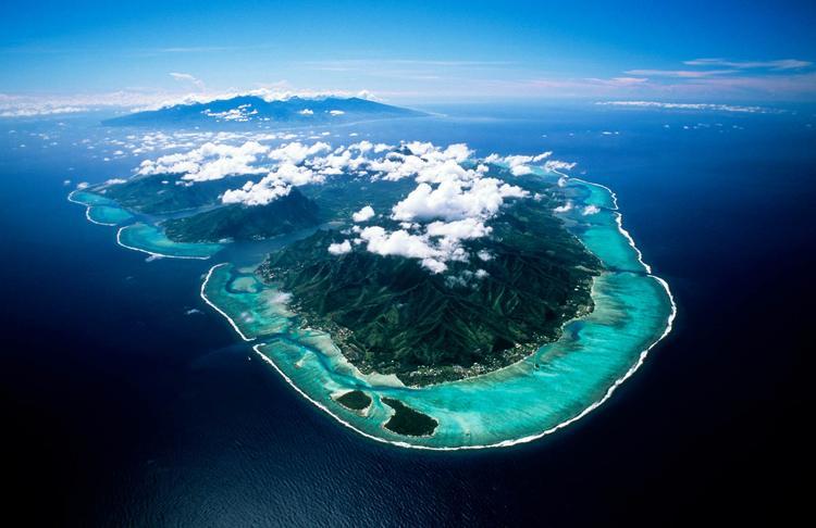 Vue aérienne de l'ile de Moorea dans l'archipel de la Société. ©P. Bacchet