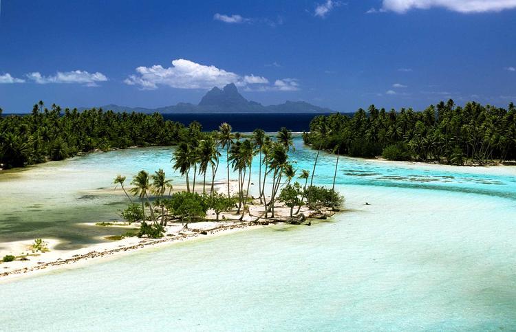 Paysage de l'ile de Taha'a dans l'archipel de la Société. ©P. Bacchet