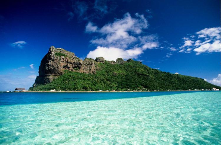 L'ile de Maupiti vue du lagon, dans l'archipel de la Société. ©P. Bacchet
