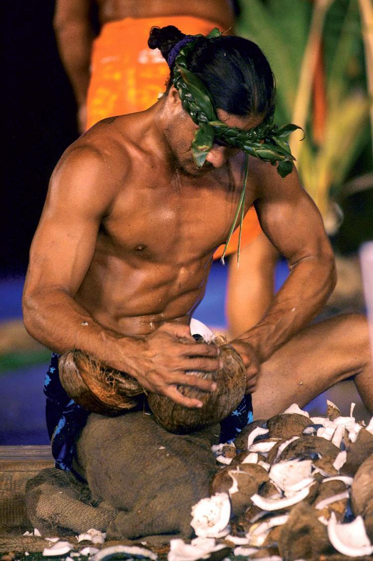 Tuaro Maohi, ouverture de noix de coco ©Nicolas Perez