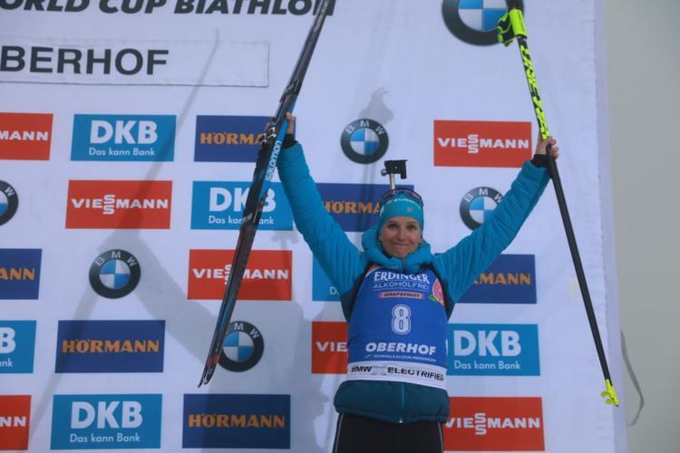 BIATHLON - La Savoyarde Julia Simon a décroché une superbe 3e place lors du sprint d'Oberhof disputé dans un épais brouillard. De retour sur la coupe du monde, la Norvégienne Marte Olsbu Roeiseland signe une victoire éclatante.