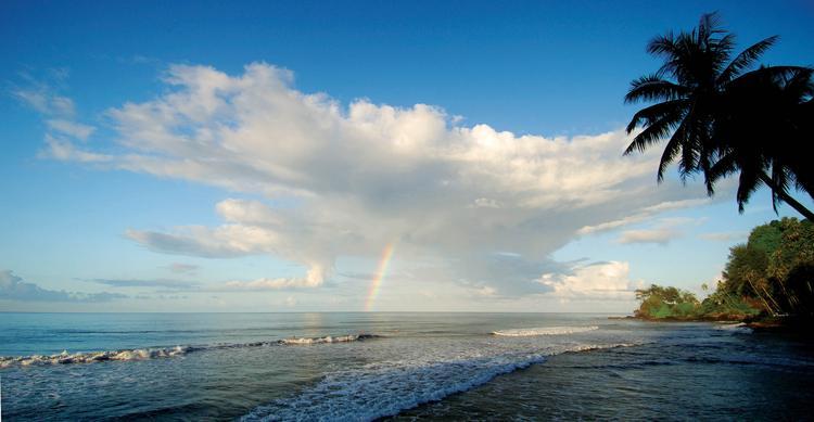 Fin de journée à Orofa ra près de Mahina. Le lieu est prisé pa r les surfeurs pour ses vagues. - © P. Bacchet