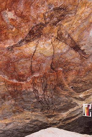"""Im aktuelle Fachartikel wird diese Darstellung einer stark behaarten humanoiden Figur lediglich als """"unbestimmter Mensch"""" bezeichnet. Kryptozoologen dürften darin unweigerlich Bezüge zu den Legenden rund um den australischen Bogfoot, den sogenannten Yowie, erkennen. Copyright/Quelle: P. Taçon et al., Australian Archaeology, 2020"""