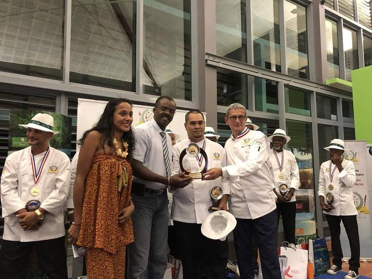 Puarani Vahaputona, au centre, vainqueur de l'édition 2018 ©Facebook / Trophée des Chefs Ultramarins
