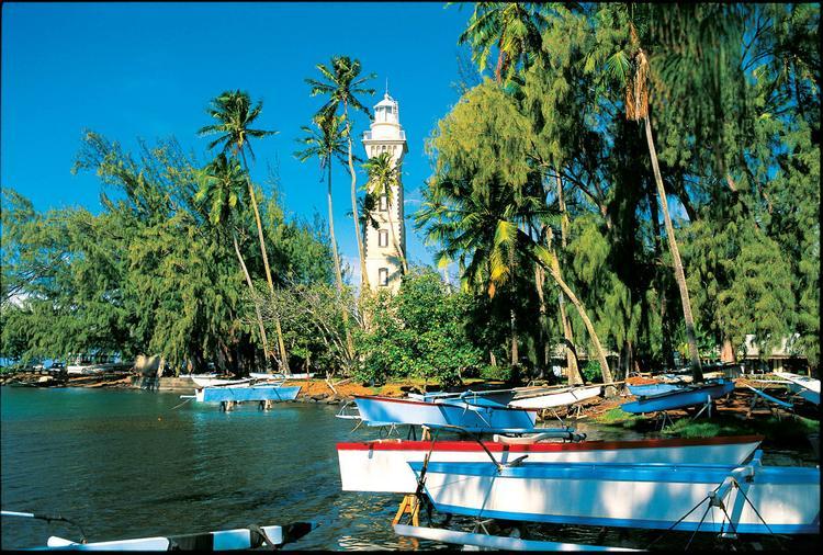 La Pointe Vénus, dans la Baie de Mata vai (Mahina) avec son célèbre phare. - © P. Bacchet