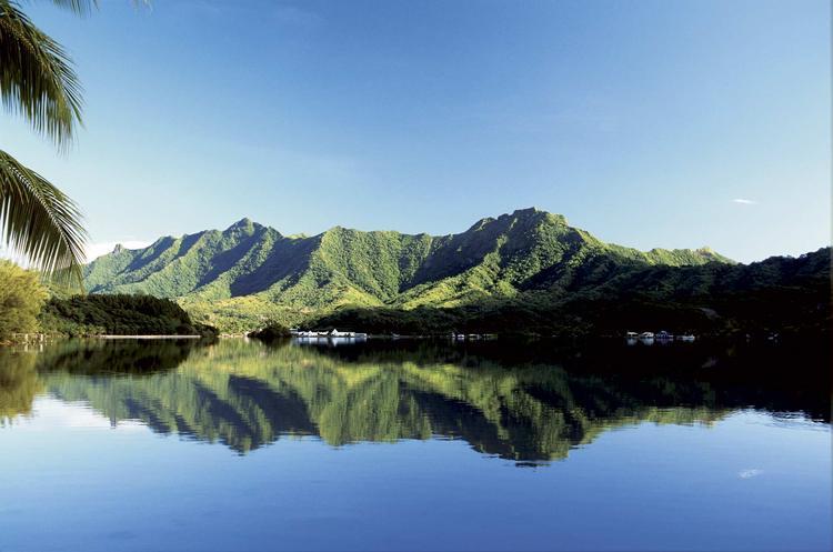 Au petit matin, vue des eaux de la baie de Haamene où viennent se reflèter les hauteurs de Taha'a ©P. Bacchet