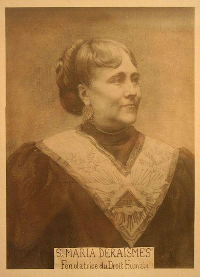 Portrait de Maria Deraismes en costume de franc-maçon.